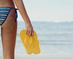 356501-mulher-praia-biquini-listras-chinelo-amarelo