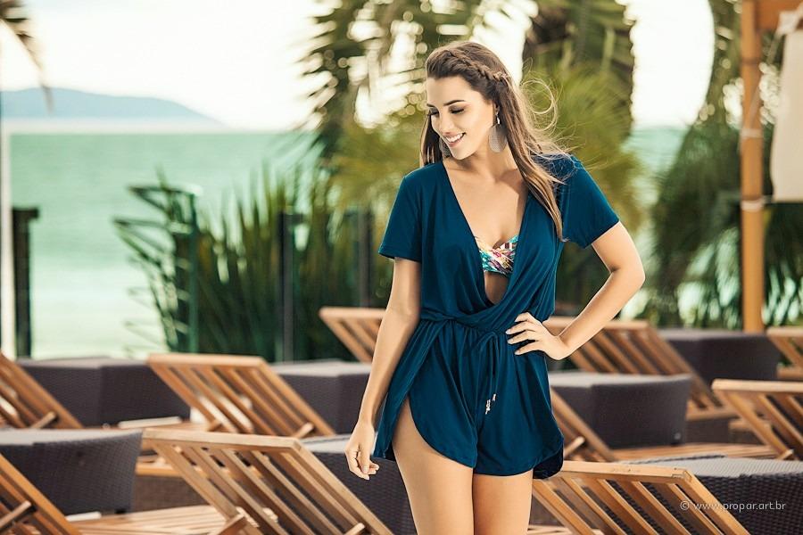 cdedd95e3907 Uma das novidades do beachwear são os macaquinhos usados como saída de praia.  Já existem modelos especificamente confeccionados para a moda verão, ...