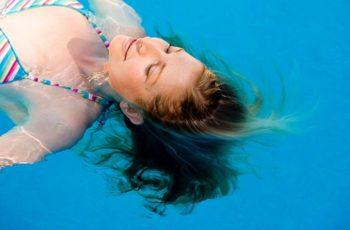 Como proteger os cabelos loiros do esverdeado após a piscina